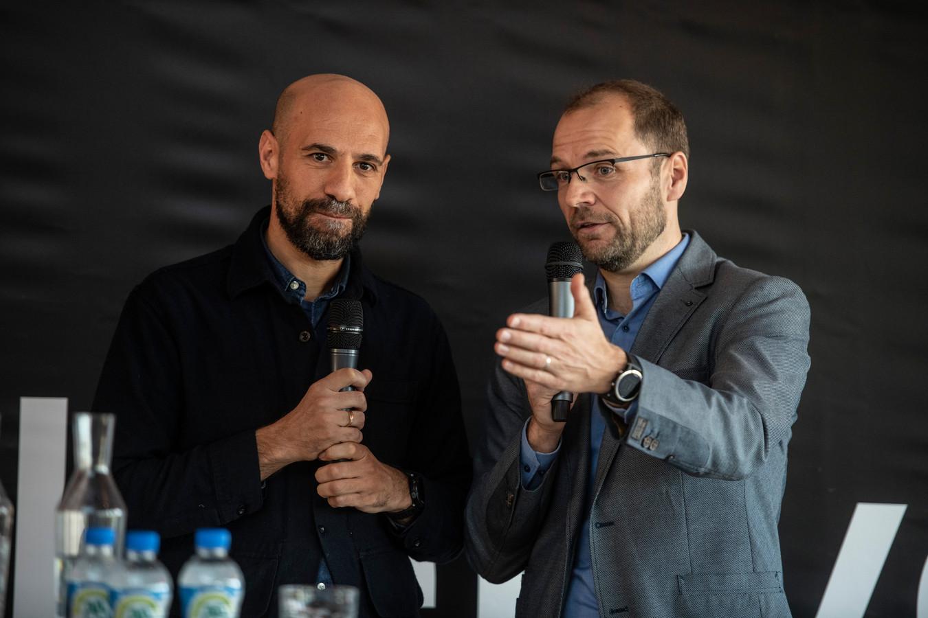 Alexander Vandevelde (rechts) in gesprek met schrijver en hardloper Abdelkader Benali tijdens een persconferentie over de Zevenheuvelenloop.
