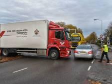 Vrachtwagen rijdt zich vast op paaltje in Breda