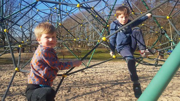 De broers Vic en Finn mochten zonder jas de speeltuin in.