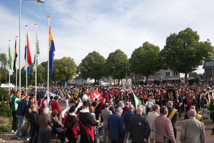 Zo'n 2.500 schutters van 33 verenigingen vieren zondag in Zevenaar de laatste schuttersdag van dit seizoen.