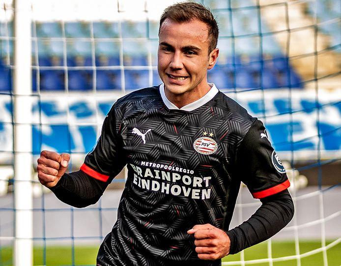 Mario Götze juicht na zijn goal tegen PEC Zwolle.