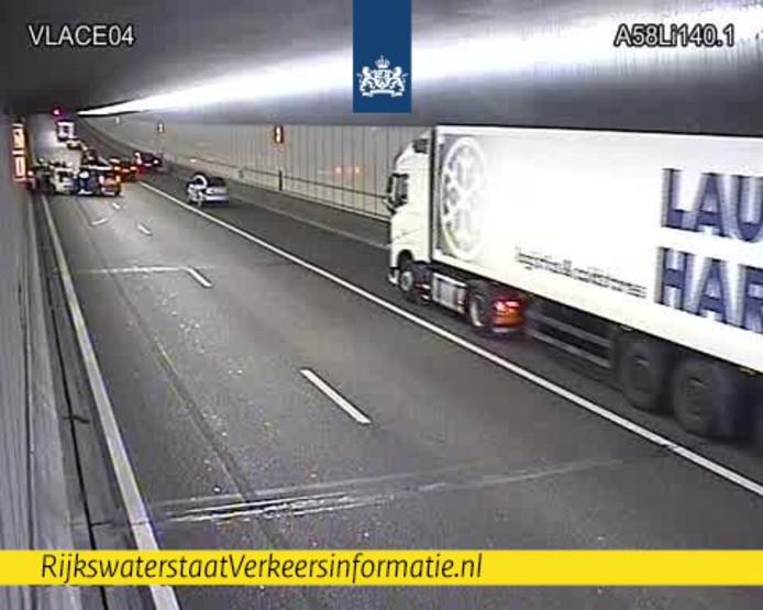 Het ongeluk in de Vlaketunnel. Verkeer passeert over de vluchtstrook.