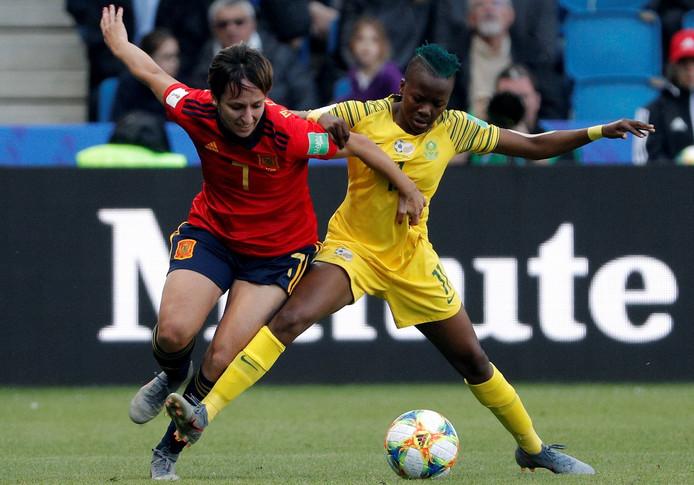Marta Corredera (l) in duel met doelpuntenmaker Thembi Kgatlana.