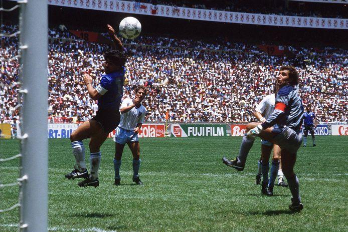 """Maradona met """"De hand van God"""" tegen Engeland op het WK 1986."""