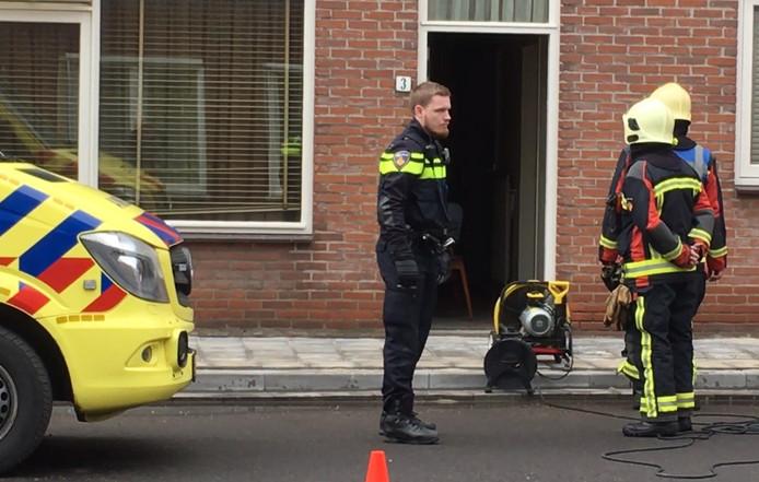 Brandweer en politie bij het huis in Hulst waar brand uitbrak.