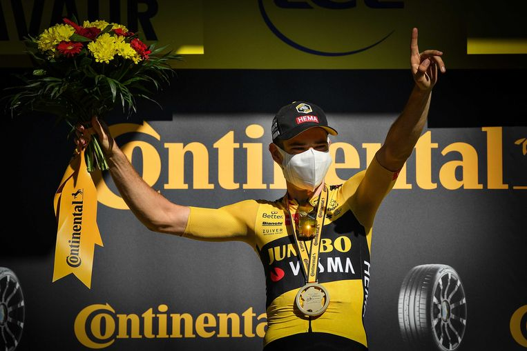 Wout Van Aert, met mondkapje, op het podium na zijn overwinning in de zevende etappe. Beeld ANP
