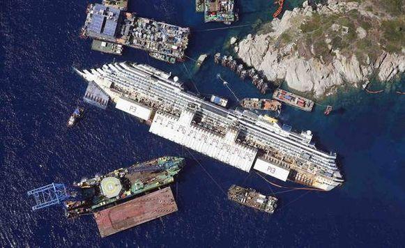 De Costa Concordia op zijn zijkant in augustus 2013.