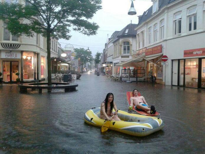 Voor studenten in de Enschedese binnenstad is het dikke pret. foto UT/Facebook Wateroverlast centrum Enschede