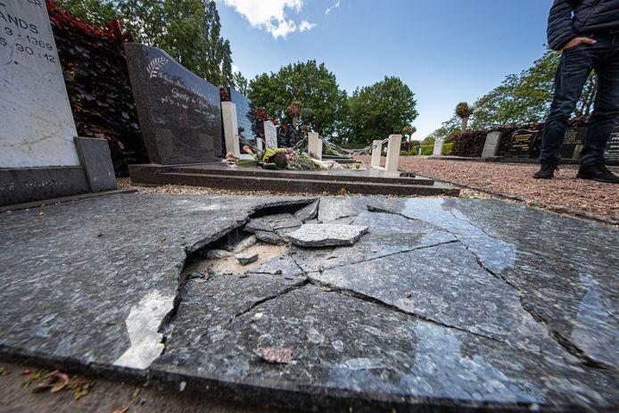 Een van de vernielde graven op begraafplaats Holkenkamp op Urk.