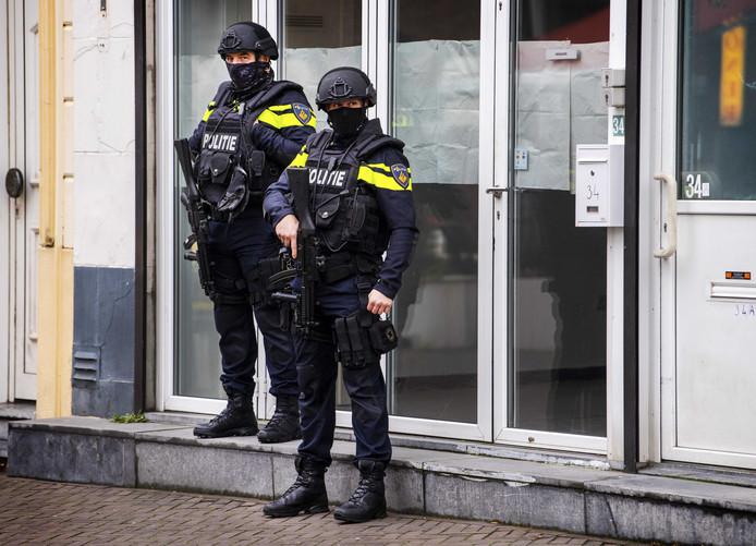 Zwaar bewapende agenten in de Bolwaterstraat in Venlo. De politie heeft de straat nabij het centrum afgezet vanwege een dreiging door een conflict in het criminele circuit.