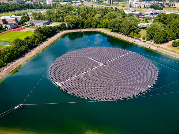 Het drijvende zonnepanelenveld, dat ook kan meedraaien met de stand van de zon. Beeld Evides.