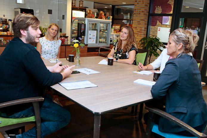 Cabinepersoneel van KLM krijgt uitleg over het werk in de zorg in De Rijnhoven in Harmelen.