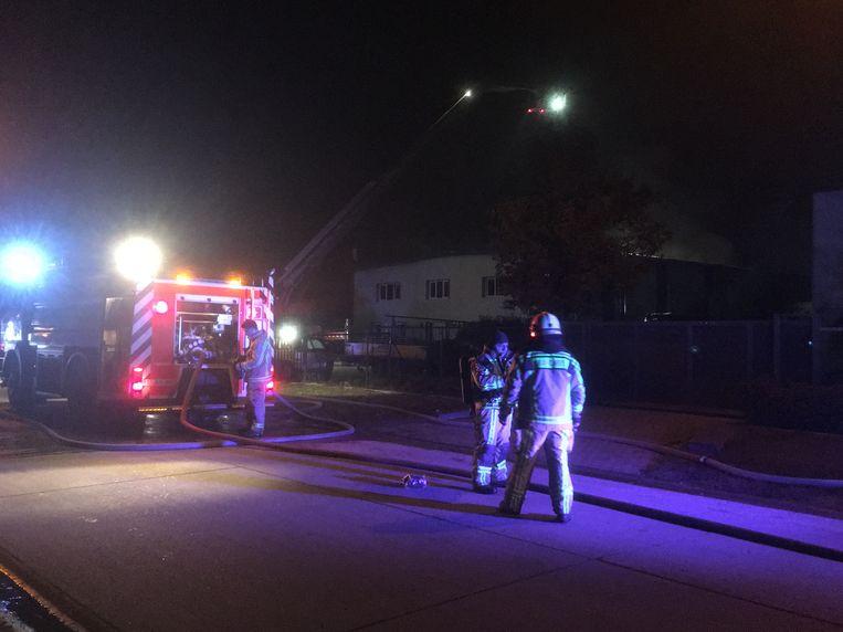 De brandweer kwam massaal ter plaatse. Het kreeg het vuur snel onder controle maar moest nog een lange tijd nablussen