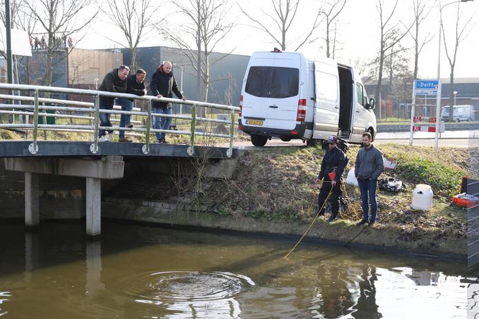 Duikers van Defensie zoeken samen met de politie naar een object in een slootje aan het Haantje in Rijswijk op de grens van Delft.