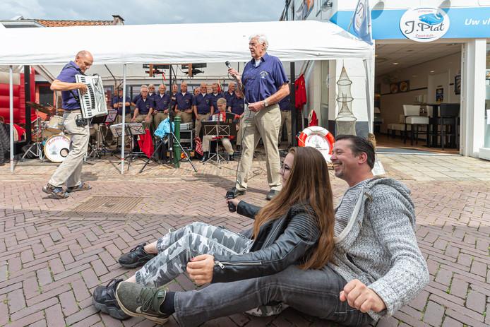 Mark en Sharon Boot uit Lochem vermaakten zich prima bij een optreden van shantykoor Meppeler Muiters. Op het nummer 'We hebben een woonboot' ging de familie helemaal los.