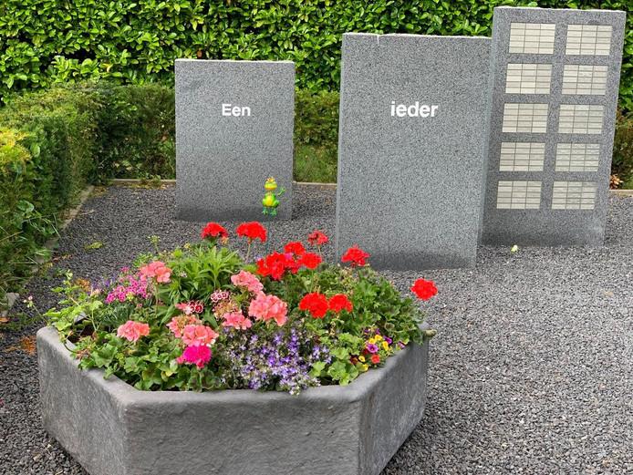 Een van de bloembakken bij het monument.