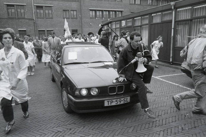Actievoerder Michel van Erp springt voor de deur van het Sint Joseph Ziekenhuis in Eindhoven op de dienstauto van staatsecretaris Hans Simons, maar krijgt hem daar niet te spreken. Later kan hij hem toch een petitie aanbieden. archieffioto's ton van de meulenhof