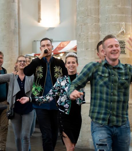 Lange Frans in polonaise door de Grote Kerk van Breda