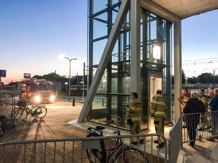 De brandweer bij een van de liften van station Dieren.