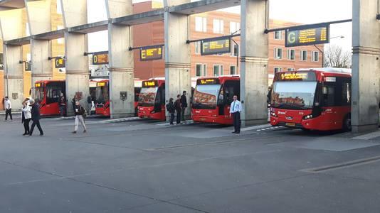 Bussen onder de betonnen overkapping