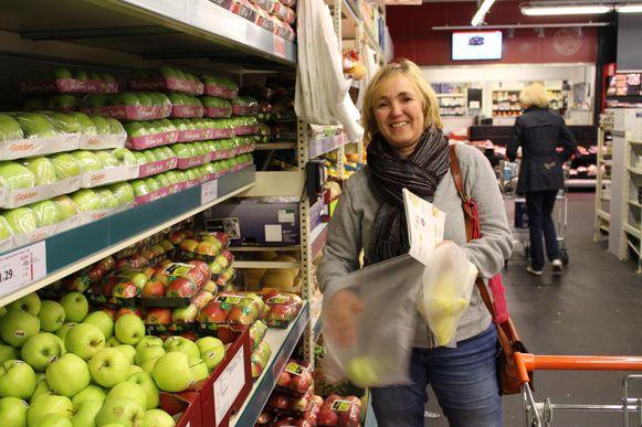 Machteld Cambier doet boodschappen met het 1-2-3 boekje. Ze koopt appelen, om witloofsoep met appel te maken, aan een kostprijs van maar 1 euro per persoon.