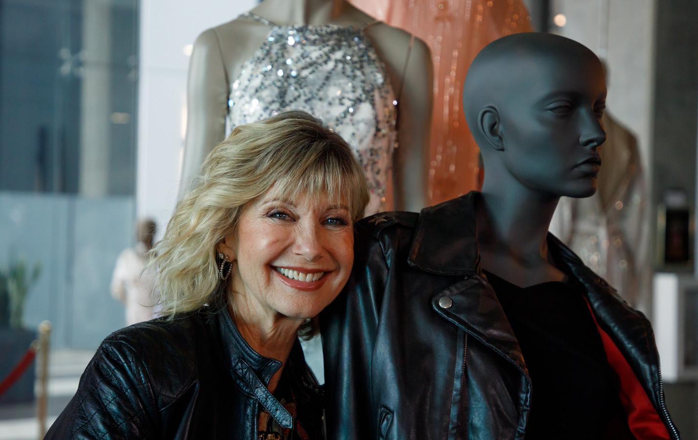 De man die op een veiling het leren jack kocht dat Olivia Newton-John droeg in de film Grease, heeft het jasje aan haar teruggeven.