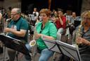 Harmonie Oude Post in actie tijdens de tweede repetitie voor Kanjers in Concert dat op 29 juni in het Theater aan de Parade op de rol staat