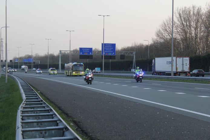 Een ambulancebus is op de A50 bij Apeldoorn onder politiebegeleiding vanuit Zuid-Nederland naar Noord-Nederland onderweg.