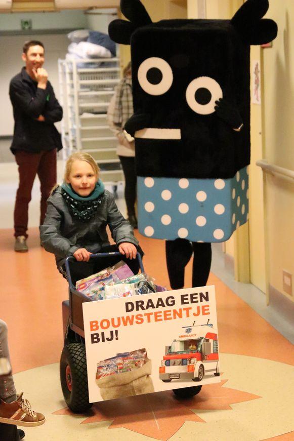 Met een bakfiets, onder begeleiding van mascottes Raf en Otje, werden de Lego-zakjes uitgedeeld.