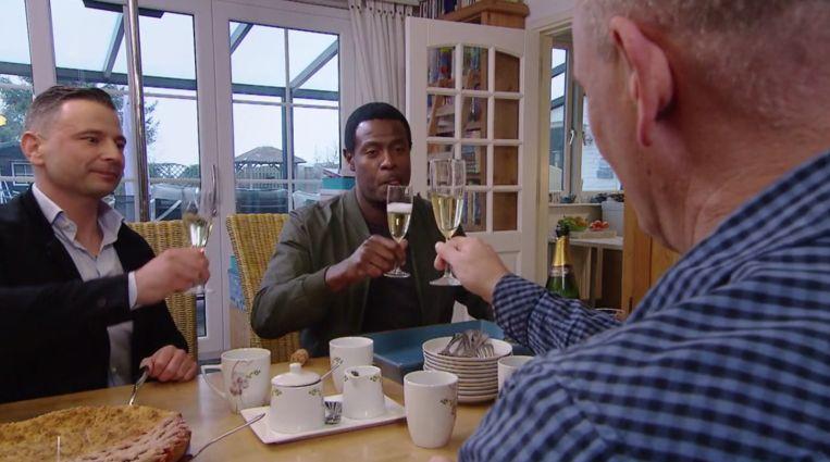 Champagne aan het einde van de aflevering. Beeld