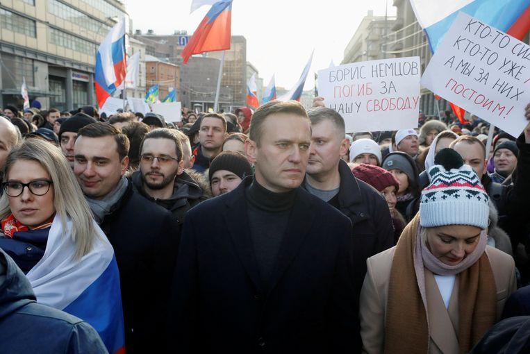 Navalny (midden) in februari van dit jaar. Eerder werd hij onder meer aangevallen met een bijtende vloeistof, in elkaar geslagen en gevangen genomen. Beeld Reuters