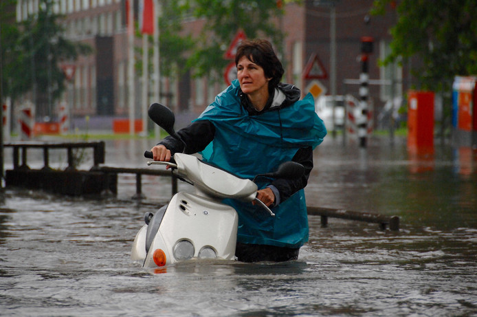 Een vrouw werd met haar scooter tijdens het noodweer op de Wichard van Pontlaan in Arnhem op 30 mei.