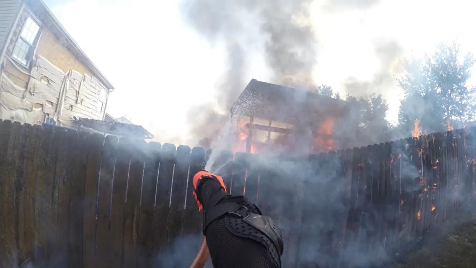 Un motard intervient lors d'un incendie