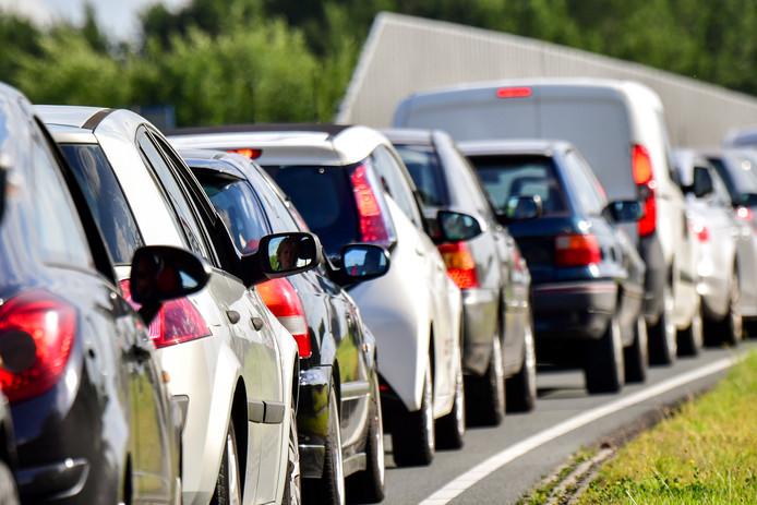 Auto's staan in de file op de A16 richting Breda.