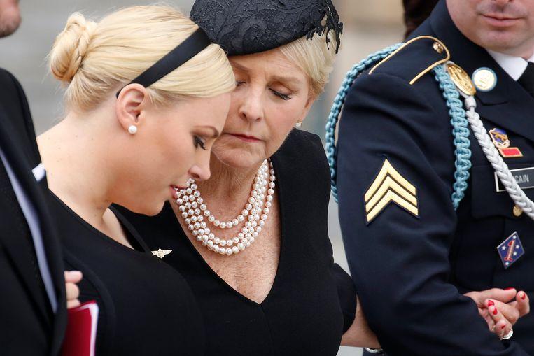 Dochter Meghan McCain en zijn vrouw Cindy McCain.