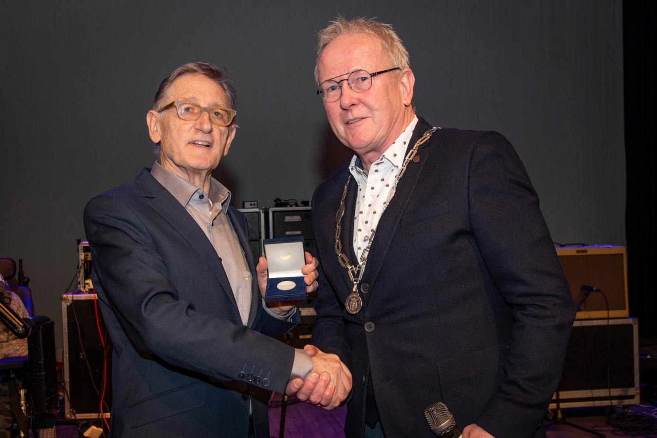 Erepenning Hilvarenbeek voor Louis van Sonderen. Loco-burgemeester Ted van de Loo heeft zojuist de gemeentelijke onderscheiding uitgereikt.