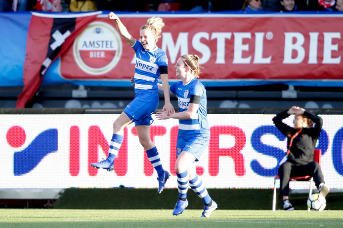 Maxime Bennink viert de 1-0 met Yvette van Daelen.