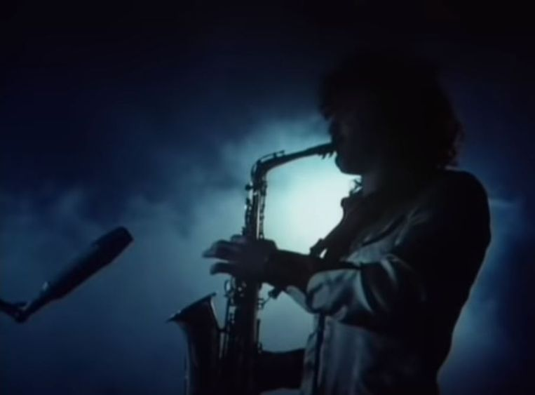 Raphael Ravenscroft in de videoclip van 'Baker Street'. Beeld