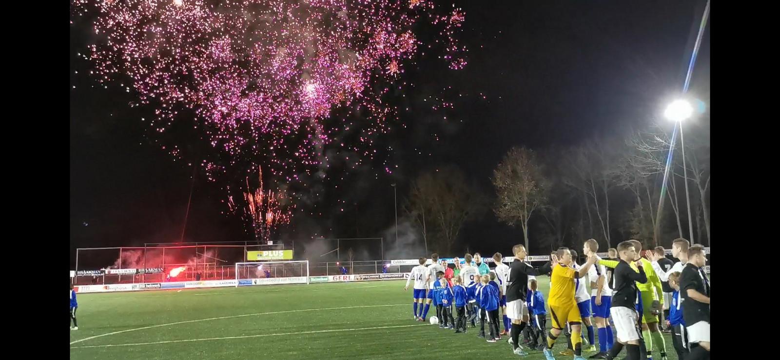 Veel vuurwerk voorafgaand aan de derby tussen SEH en VEVO op sportpark De Eeuwlanden.