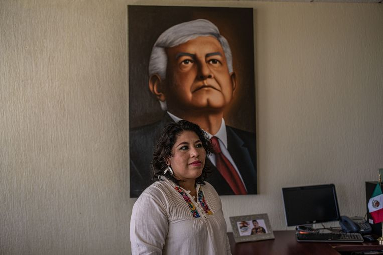 Deelstaatparlementariër Magaly López Domínguez, die zich inzette voor de anti-junkfoodwet, voor een portret van president López Obrador, die de wet niet steunt. Beeld Alejandro Cegarra