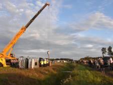 Berging gekantelde tankwagen op A28 bij Staphorst trekt veel bekijks: 2 rijbanen afgesloten