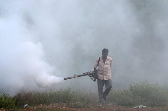 Bestrijding van de malariamug met een rookmachine in India. Foto NATHAN G./EPA