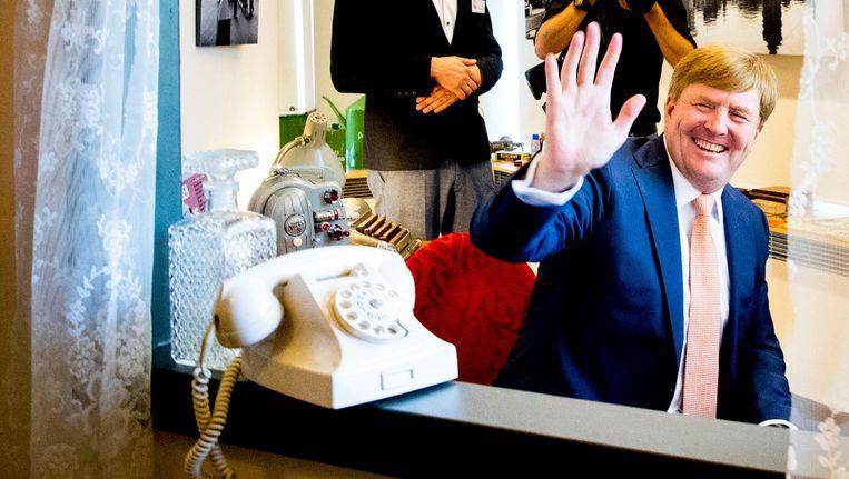 Koning Willem-Alexander brengt een bezoek aan Stichting De Tijdmachine in woonzorgcentrum Nieuw Groenland. De stichting werkt samen met ouderen, mantelzorgers en deskundigen in de zorg aan activiteiten voor bewoners. Beeld anp
