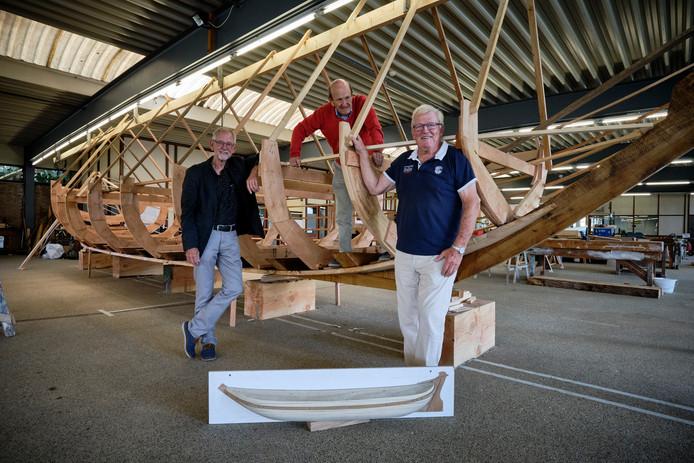 De bestuursleden Hans Ploeg, Leo Lauwaars en Frank Baart (vlnr) voor het bouwwerk.