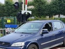 Bizar ongeluk: bestuurder net niet gespietst bij botsing met spoorhek in Ede