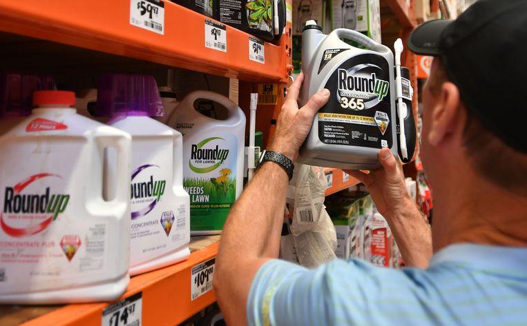 In de Verenigde Staten is het bedrijf aangeklaagd door tienduizenden gebruikers van het onkruidmiddel, dat kankerverwekkend zou zijn.