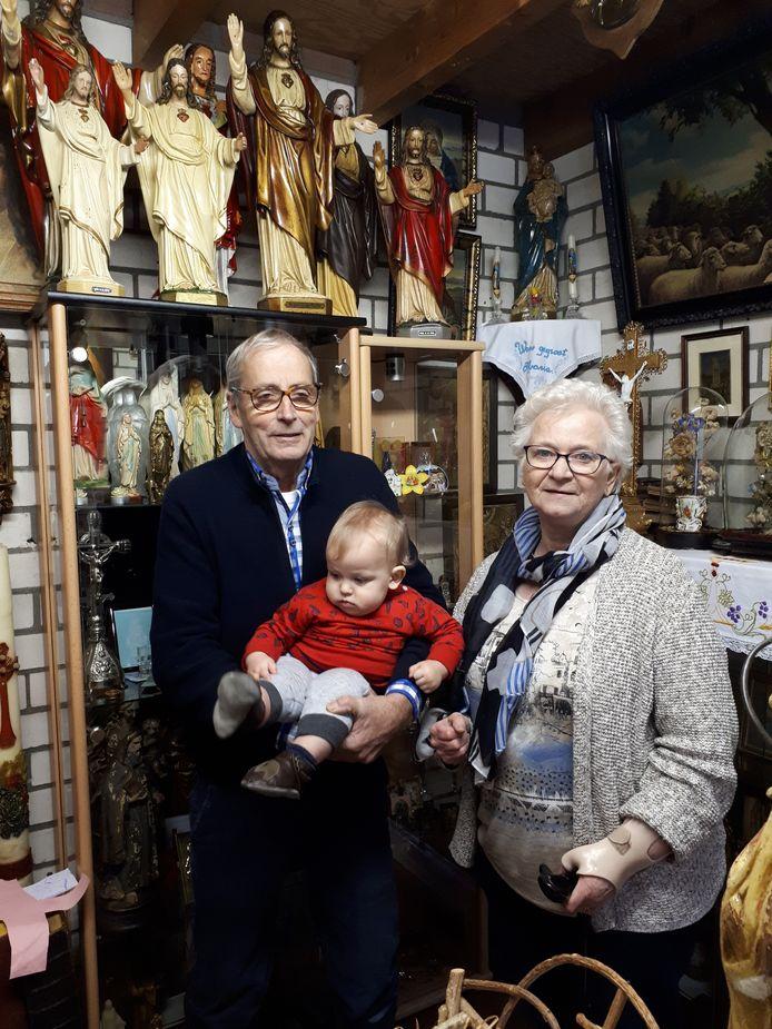 Ans, haar man Jozef en kleinzoon Fabian in het kleine religieuze museum in Odiliapeel. Foto Janneke Hobo