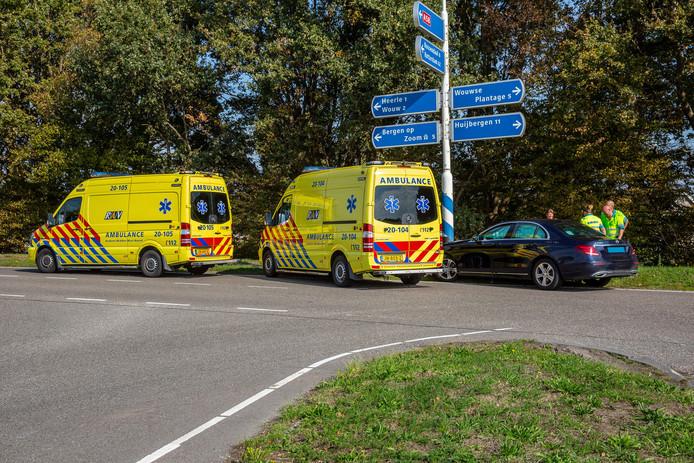 Een taxi reed tegen een paal aan in Heerle. Daarbij raakte zaterdagmiddag een vrouw gewond.