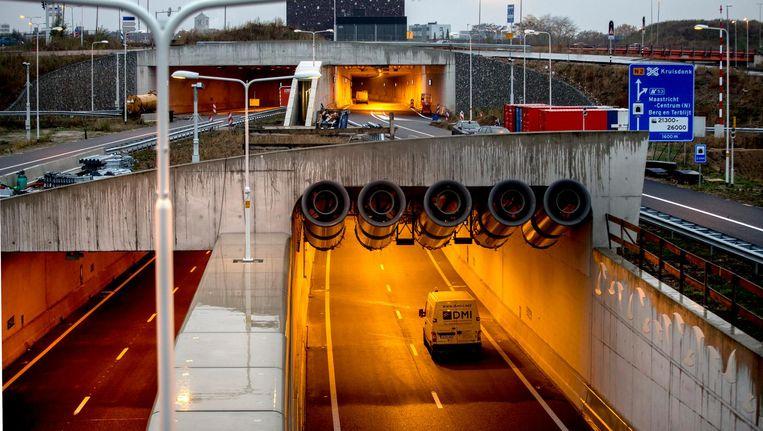 De nieuwe tunnel onder Maastricht heeft twee lagen; een voor lokaal en een voor doorgaand verkeer. Beeld Harry Heuts