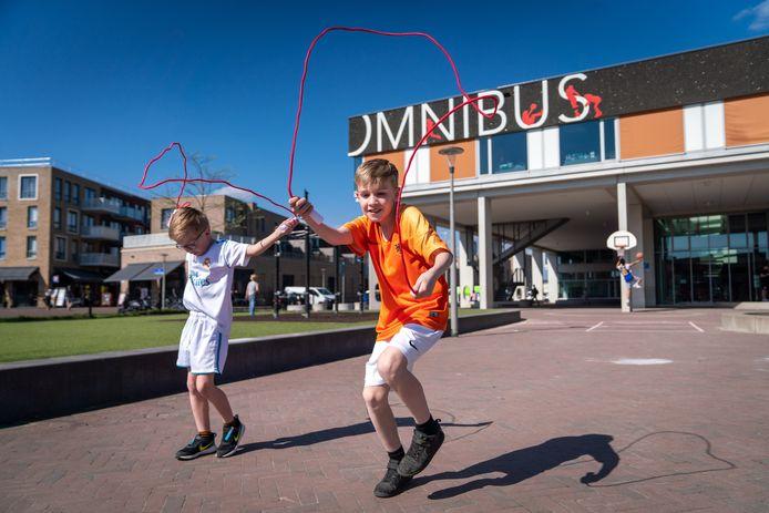 Sportbedrijf Arnhem deelt samen met Team Leefomgeving de komende tijd 10.000 gratis springtouwen uit aan basisschooljeugd: Sem ( in het wit) en Daan Luijkx uit Elst) proberen ze vast uit.
